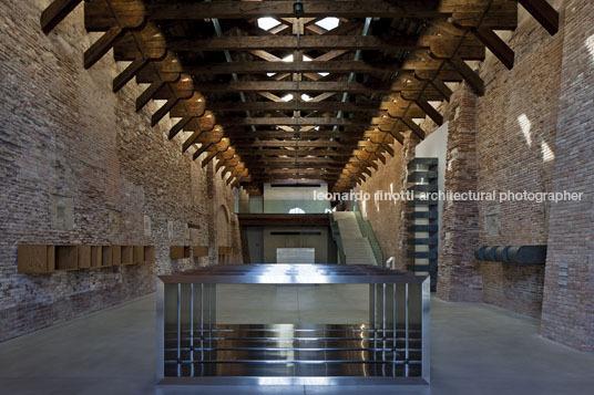 Tadao ando punta della dogana museum leonardo finotti for Tadao ando venezia